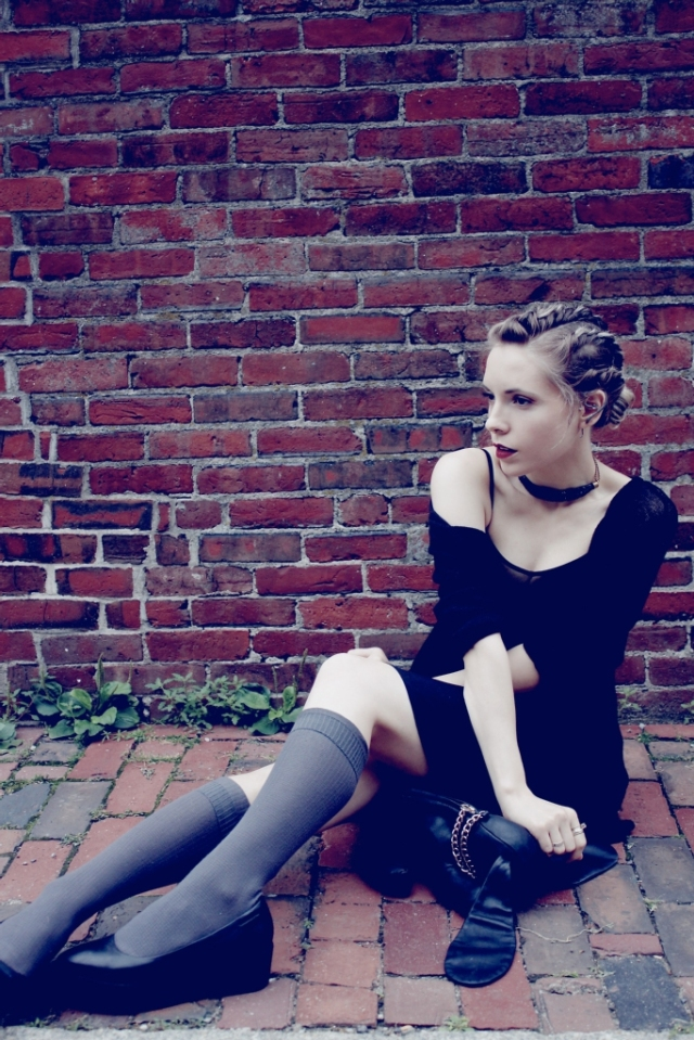 craft-inspired all black h&m outfit sitting on the sidewalk